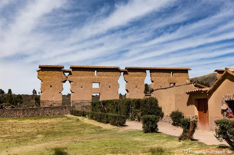 Säulen bei der Ausgrabung der Inka in Raqchi
