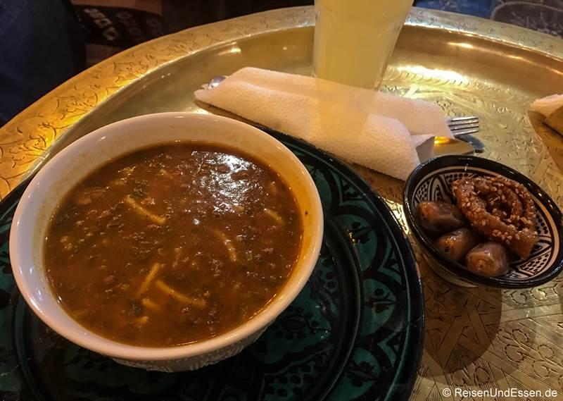 Harira-Suppe im Restaurant in Marrakesch
