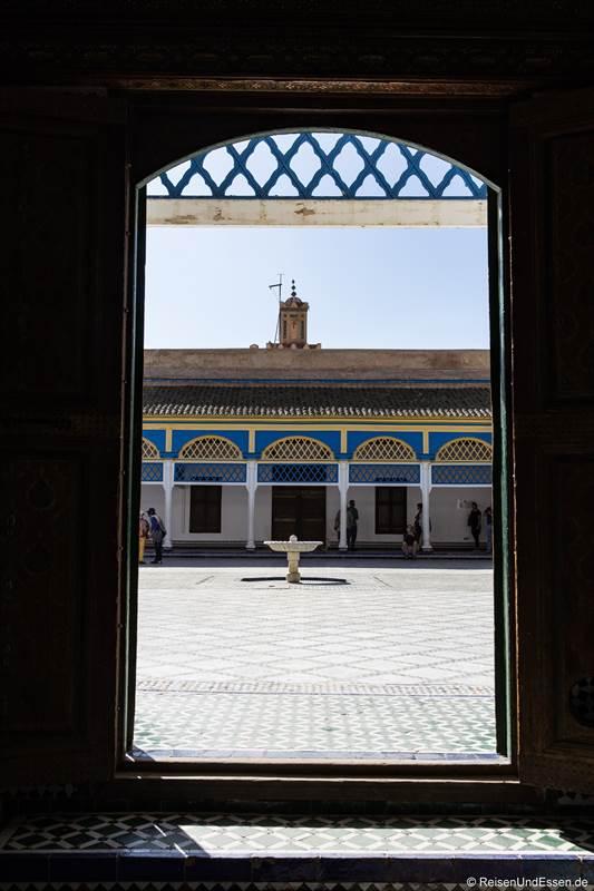 Blick durch das Fenster auf den Innenhof im Bahia Palast