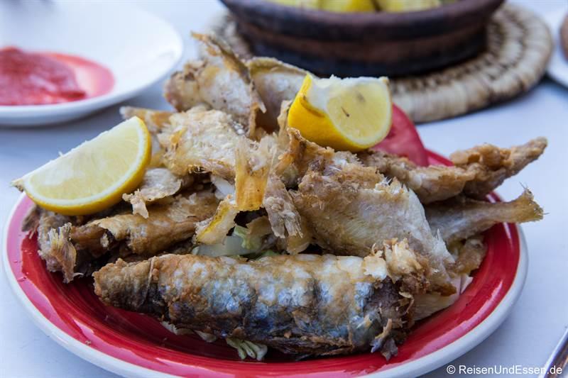 Frittierter Fisch im Restaurant in Marrakesch