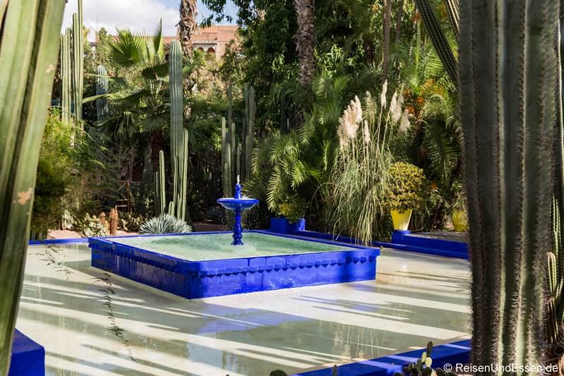 Brunnen beim Haus von Yves Saint Laurent im Jardin Majorelle in Marrakesch