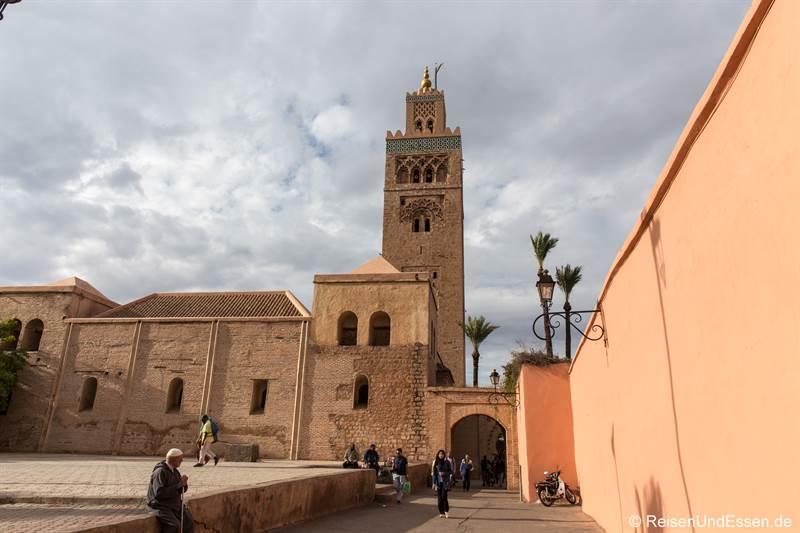 Seitenansicht der Koutoubia Moschee in Marrakesch