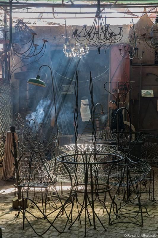 Metallarbeiten in den Souks von Marrakesch