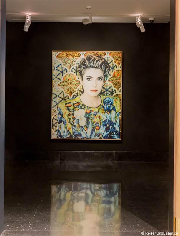 Bild von Catherine Deneuve im Museum von Yves Saint Laurent in Marrakesch