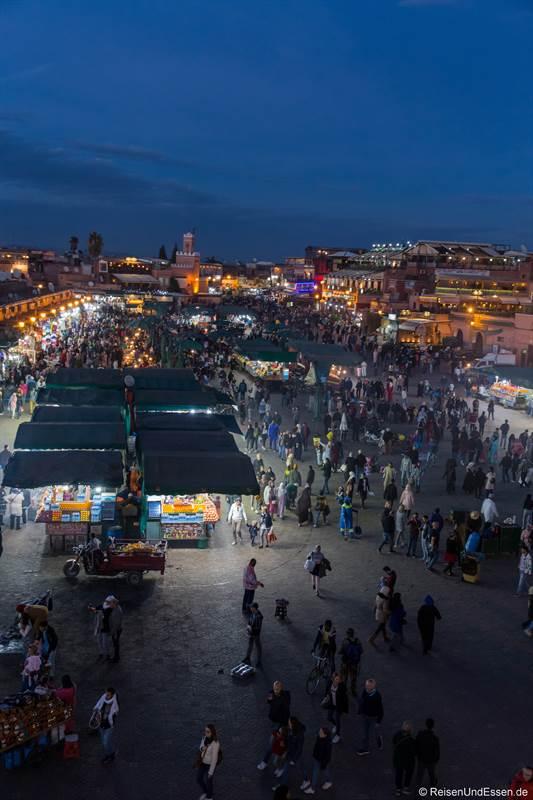 Blick auf den Djemaa el Fna bei Nacht