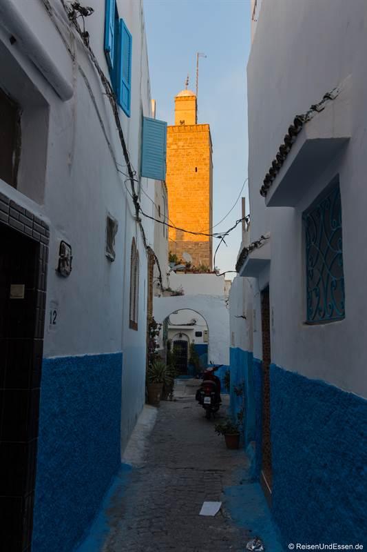 Gasse in der Medina mit Minarett
