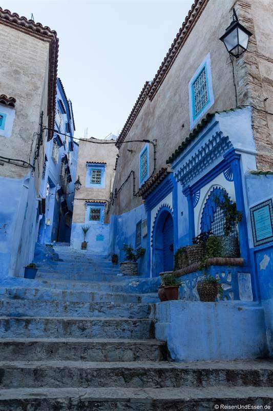 Treppen und Brunnen am frühen Morgen