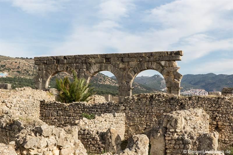 Ruinen von Häusern und Torbögen