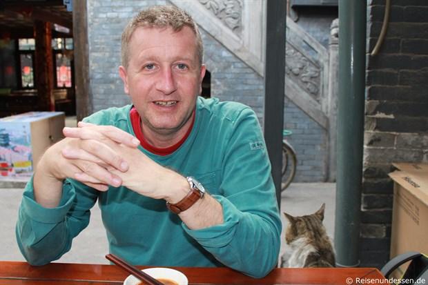 Pingyao - Beim Essen mit Katze neben mir
