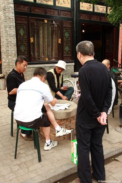 Pingyao - Männer beim Kartenspiel