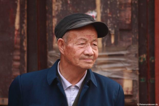 Pingyao - älterer Mann beim Markt