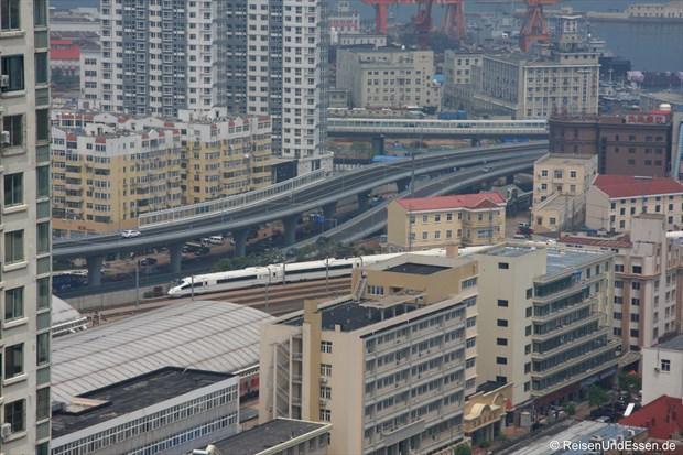 CRH vor der Einfahrt in den Bahnhof