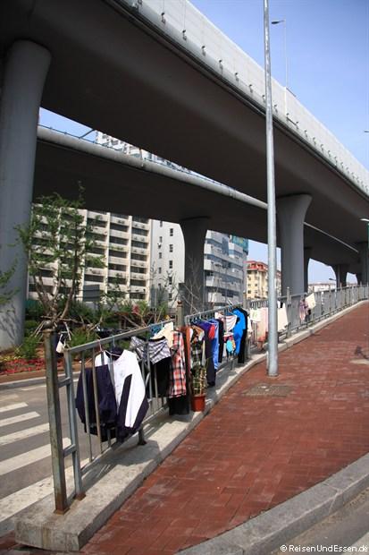 Qingdao - Wäsche zum Trocknen unterhalb der Autobahn