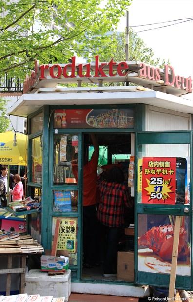 Qingdao - Kiosk mit Schriftzug: Produkte aus Deutschland