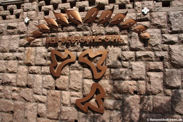 Qingdao - An einer Hauswand in der deutschen Strasse