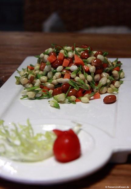 gebratene Jasminblüten mit gerösteten Erdnüssen und Karotten