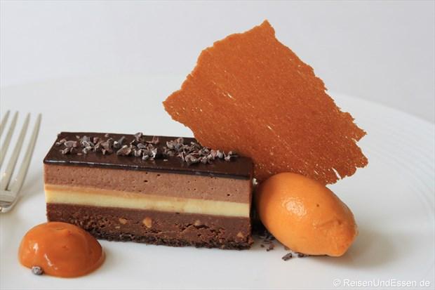 Drei Schichten Schokolade mit Variationen von Sanddorn