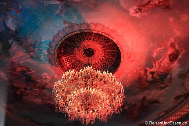 Decke und Leuchter im Theater von Baden Baden