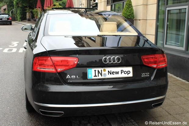 Audi A8L W12 vor dem Dorint Maison Messmer