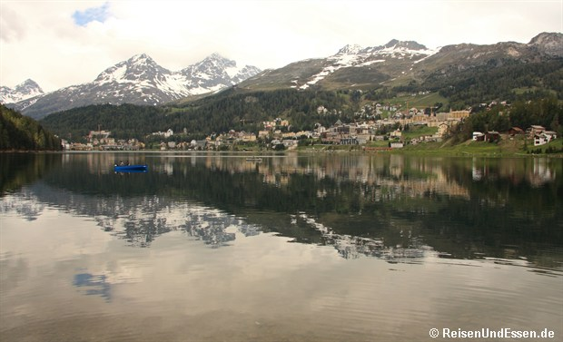 Blick über den See auf St. Moritz