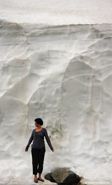 Meterhohe Schneewände am Albulapass