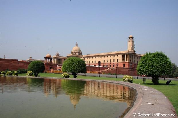 Blick zum linken Gebäude beim Rashtrapati Bhavan
