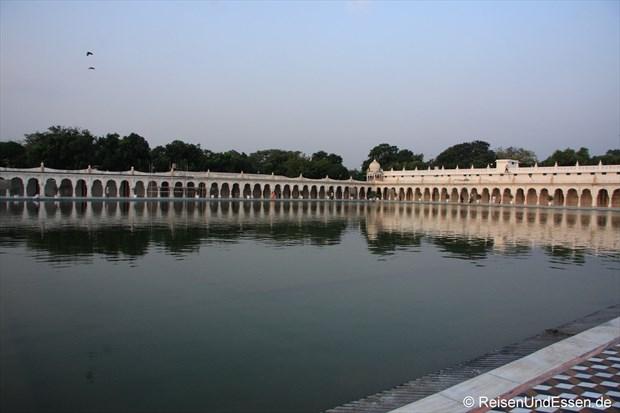 Wasserbecken im Sikh-Tempel in Delhi