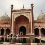 Schneeweisser Sikh-Tempel am Morgen und Jama Masjid in Delhi