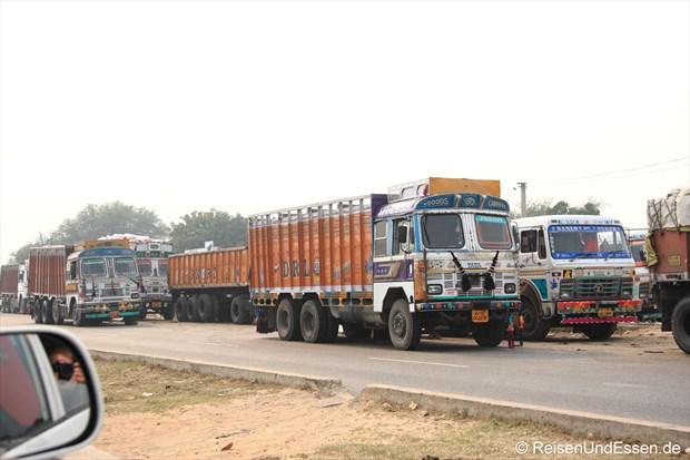 Indische LKW auf der Autobahn