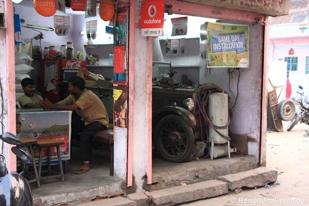 Jaipur - Laden mit Oldtimer