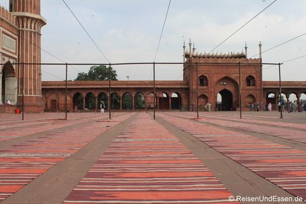 Gebetsteppiche und Blick zum Eingang in der Jama Masjid