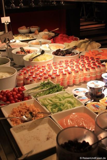 Frühstücksangebot im Le Meridien - Obst, Joghurt und Gemüse