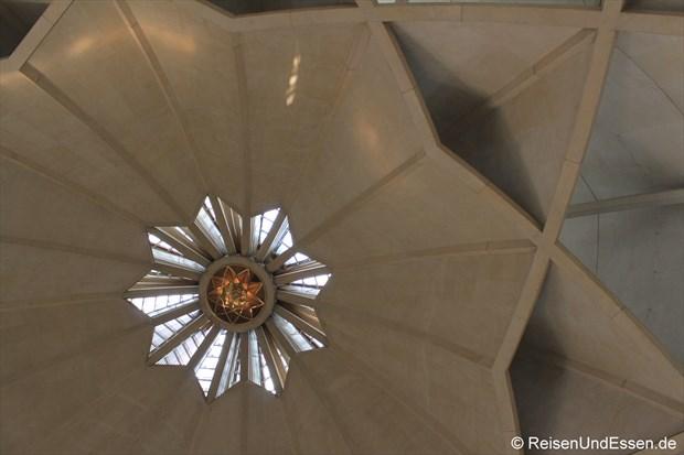 Blick zur Kuppel im Lotus-Tempel