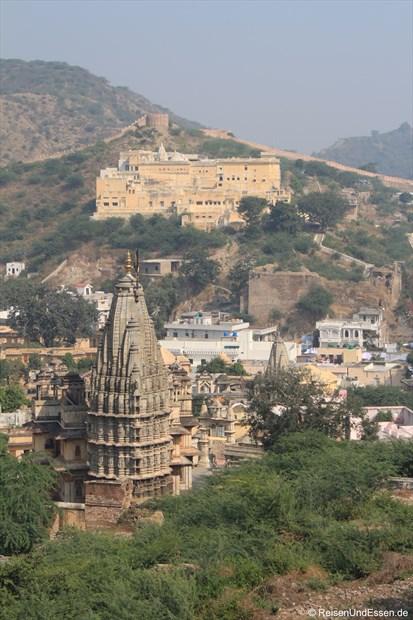 Blick auf Tempel und Mauer im Hintergrund