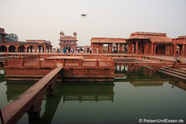 In der Palastanlage von Fatehpur Sikri (im Hintergrund Audienzhalle)