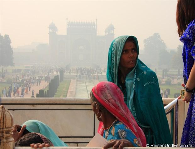 Indische Besucherinnen (im Hintergrund Haupttor)