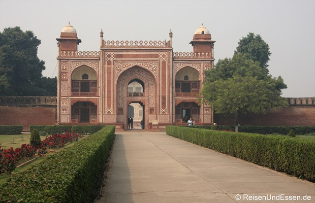 Eingang zum Mausoleum Itimad-ud-Daulah in Agra
