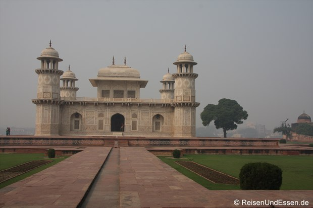 "Mausoleum Itimad-ud-Daulah oder ""kleines Taj Mahal"" in Agra"