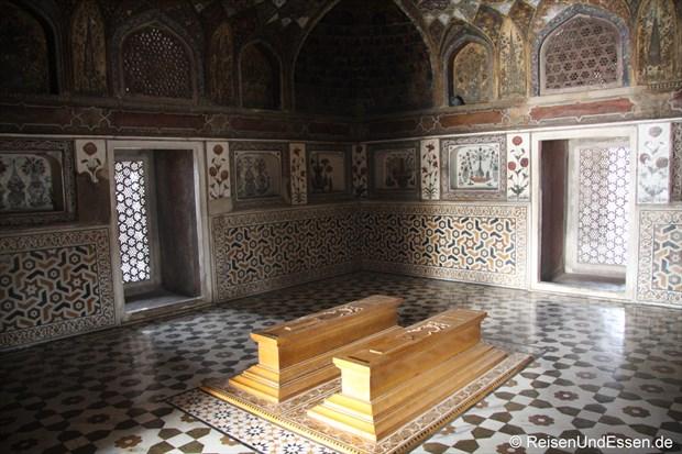 Grabmäler im Mausoleum Itimad-ud-Daulah in Agra