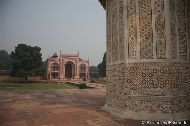 Blick auf Dharamshala vom Mausoleum Itimad-ud-Daulah in Agra