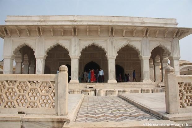 Gebäude mit weissem Marmor im Roten Fort in Agra