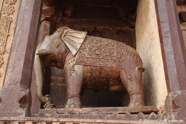 Elefant an einer der Wände am Fort in Orchha
