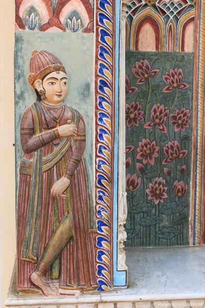 Szene an einer Säule im Stadtpalast