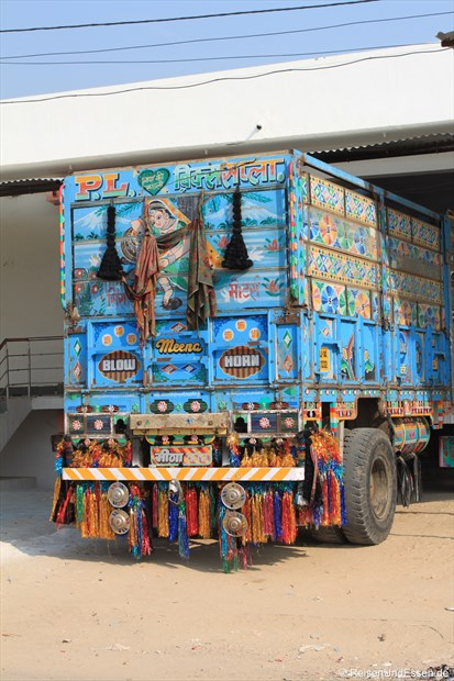Bunter LKW unterwegs zwischen Jaipur und Agra