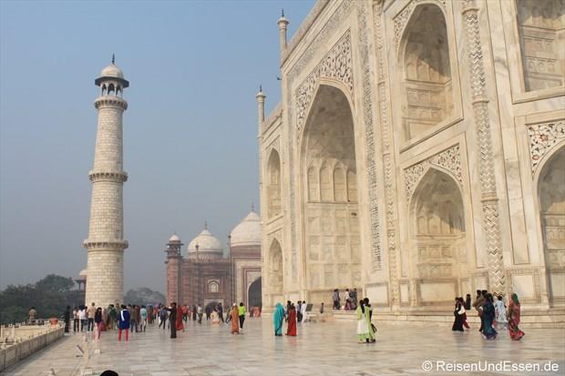 Taj Mahal mit Minarett und Moschee im Hintergrund