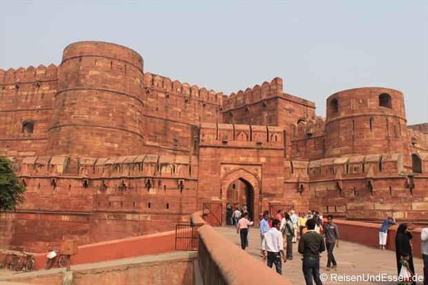 Brücke und Eingang zum Roten Fort in Agra