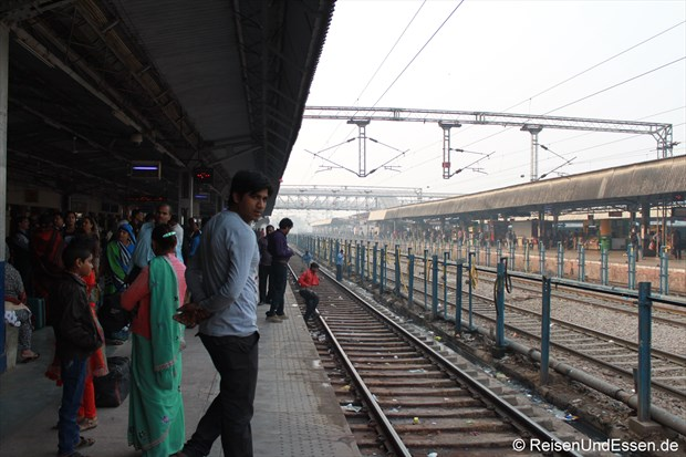 Auf dem Bahnsteig in Agra