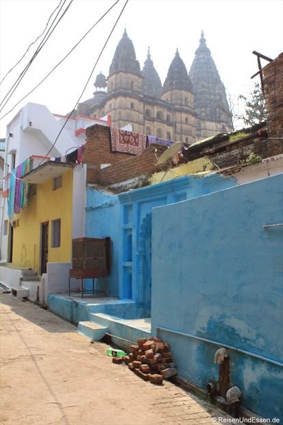 Bunte Häuser und Chaturbhuj Tempel in Orchha