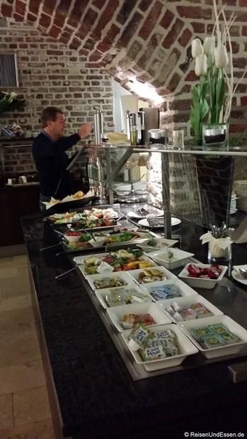 Am Frühstücksbuffet im Burns Art Hotel