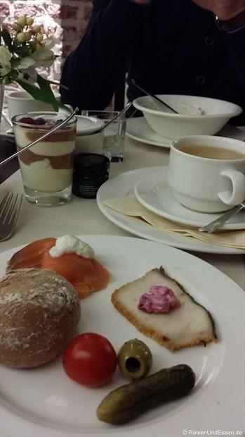 Unser Frühstück mit Brötchen, Lachs und Wurst